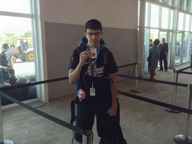 O desenvolvedor Edvan Silva, 27 anos, de Brasília, mostra a credencial da Campus Party 2014; ele foi o primeiro a entrar no espaço do evento, em São Paulo, na manhã desta segunda-feira (27), após passar dois dias inteiros na fila (Foto: Bruno Araújo/G1)