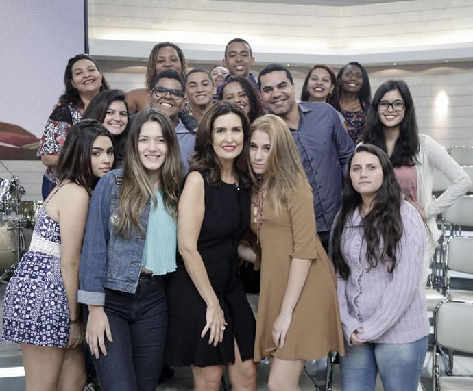Plateia tira foto com a Fátima depois do programa  (Foto: Artur Meninea/Gshow)