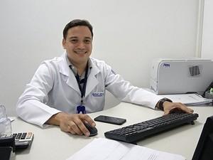 De acordo com o coordenador da fisioterapia do HGE, recuperação dos pacientes que recebem tratamento com o videogame chega a ser 50% mais rápida (Foto: Derek Gustavo/G1)