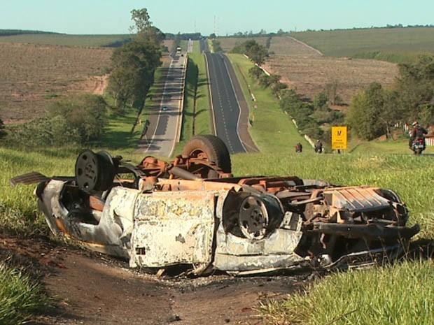 Carro capotou por 60 metros e incendiou na Rodovia Anhanguera em São Simão, SP (Foto: Reprodução/EPTV)