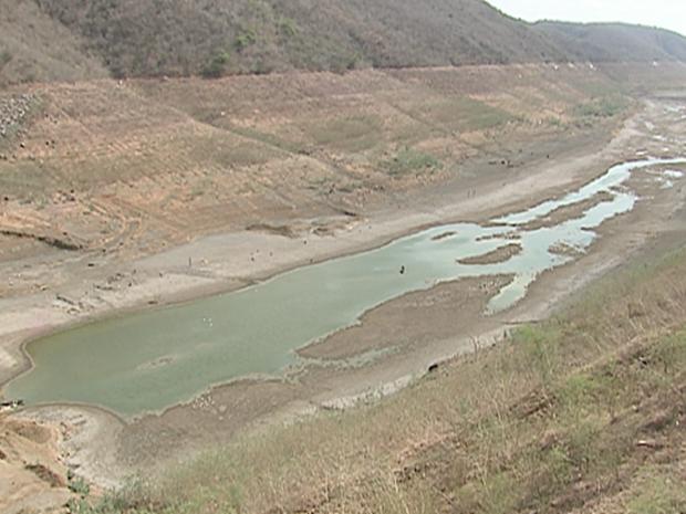 Barragem de Jucazinho entrou em colapso nesta segunda-feira (26) (Foto: Reprodução/TV Asa Branca)