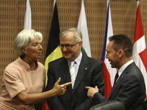 Diretora do FMI Christine Lagarde, comissário de Assuntos Econômicos e Monetários da União Europeia (UE), Olli Rehn ministro das Finanças grego Yannis Stournaras conversam na abertura do encontro de ministros das Finanças da zona do euro em Nicósia, Chipre. (Foto: AFP)