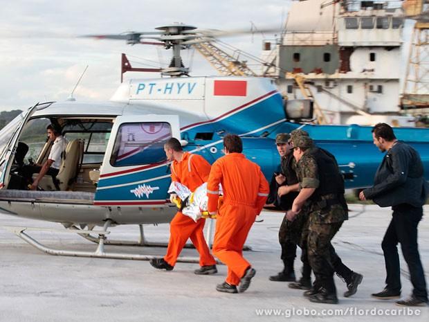 Samuel é resgatado de helicóptero (Foto: Flor do Caribe / TV Globo)