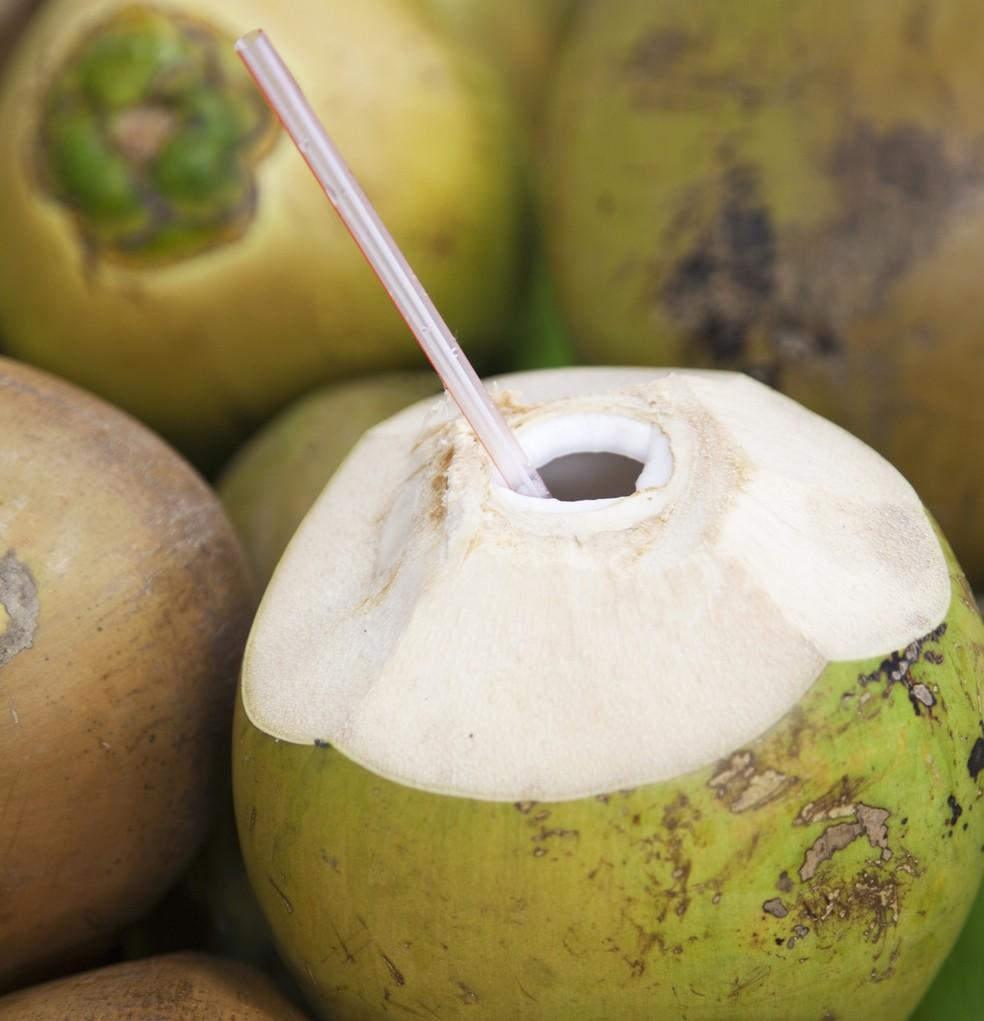 Água de coco pode ser usada para repor carboidratos e eletrólitos perdidos (Foto: Getty Images)
