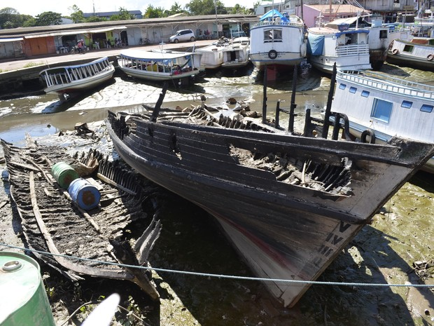 Barcos que explodiram impedem tráfego de embarcações em Macapá (Foto: John Pacheco/G1)