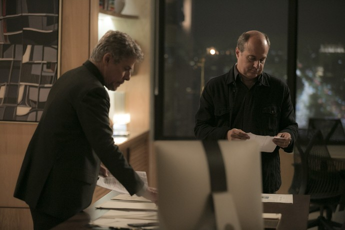 Tião entrega a Valdir cópia do RG de Zelito (Foto: Raphael Dias/Gshow)