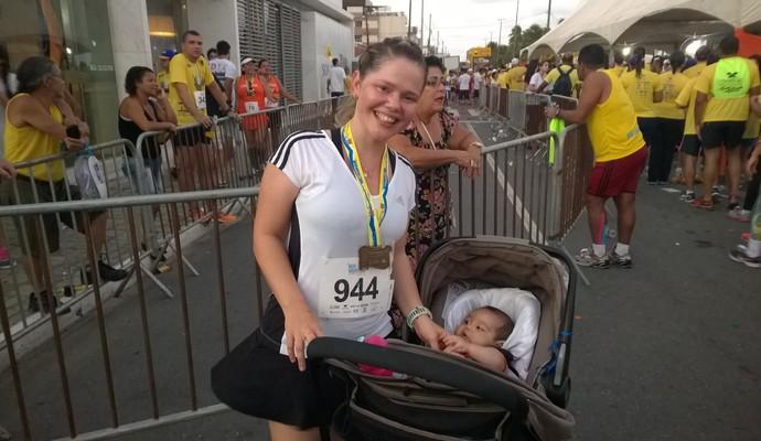Meia Maratona Cabo Branco, Mãe corre com bebê de cinco meses (Foto: Larissa Keren / GloboEsporte.com/pb)