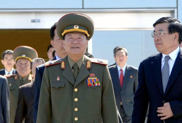 Foto mostra Choe Ryong-hae, alto assessor do ditador norte-coreano, deixando Pyongyang  para uma visita à China (Foto: KCNA/AFP)