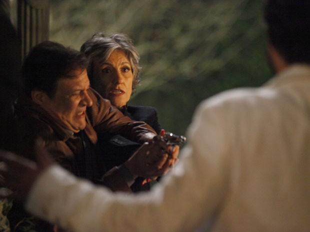 Dimas impede que Melissa atire em Rodrigo (Foto: Amor Eterno Amor/TV Globo)