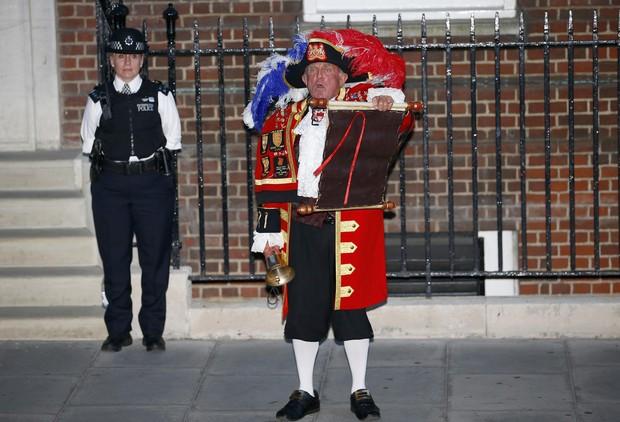 Representante da família real faz anúncio na porta do hospital St. Mary (Foto: REUTERS/Andrew Winning)