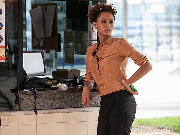 Tensa, a personagem Verônica aguarda a chegada do empresário (Foto: Inácio Moraes / TV Globo)