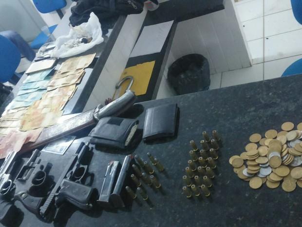 Com eles a polícia encontrou revólveres, pistolas, munição e uma quantia em dinheiro. (Foto: Divulgação/SSP-MA)