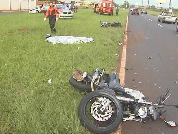 Motociclista de 39 anos morreu após bater contra carro na Avenida Thomaz Alberto Whatelly (Foto: Paulo Souza/EPTV)
