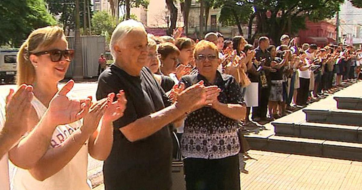 Contra terminais de ônibus, fiéis 'abraçam' catedral de Ribeirão Preto - Globo.com