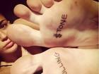Miley Cyrus mostra tatuagem nova nas solas dos pés