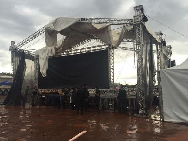 Palco principal teve a cobertura arrancada e a estrutura abalada pelo temporal da manhã deste sábado (Foto: Claudia Gaigher/TV Morena)