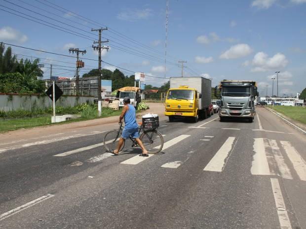 Faixa de pedestre inadequado é motivo de acidentes com mortes pois veículos não têm como parar (Foto: Elivaldo Pamplona/ Amazônia Jornal)