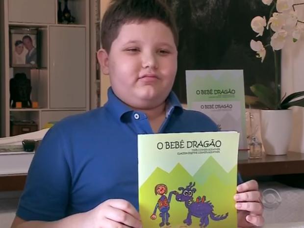 Menino de 11 anos superou o autismo e escreveu livro de história infantil (Foto: Reprodução/RBS TV)
