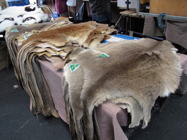 Pele de canguru é vendida em mercado de Melbourne (Foto: Flávia Mantovani/G1)