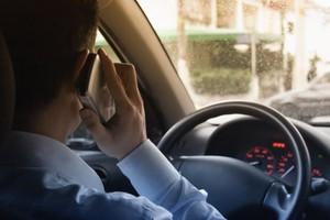 Motorista ao celular (Foto: Arquivo Google)