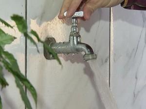 Segundo moradores, água só fica disponível de manhã (Foto: Reprodução/ TV TEM)