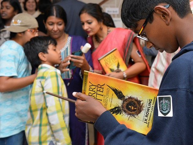 Fãs indianos folheiam o título em livraria de Bangalore (Foto: MANJUNATH KIRAN / AFP)