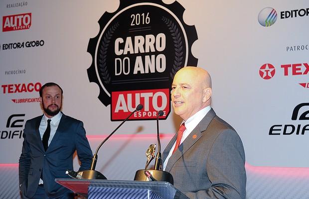 Cesar Bergamo, diretor de negócios multiplataforma da Editora Globo, entrega o prêmio a José Loureiro, gerente executivo da Volkswagen (Foto: Fotógrafo: Rafael Jota)