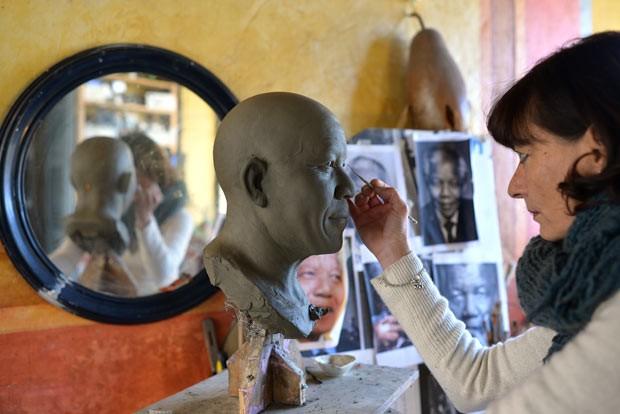A escultora italiana Francesca Romana Di Nunzio trabalha na estátua de Mandela nesta quarta-feira (15) (Foto: Gabriel Bouys/AFP)