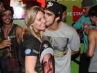 Caio Castro faz a festa de fãs e distribui simpatia e beijos