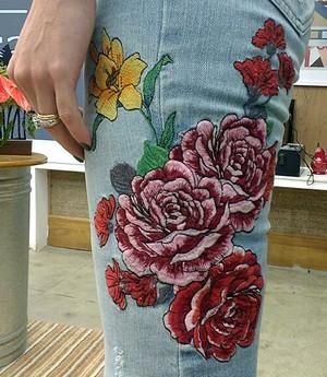 Detalhe dos patches na calça jeans de Patrícia (Foto: Raquel Gonzalez/Gshow)