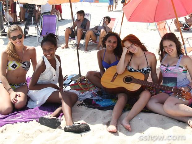A turma das meninas se protege do sol forte embaixo de barracas de sol (Foto: Carol Caminha / TV Globo)