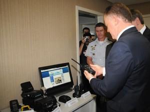 Governador com novos rádios (Foto: Nestor Müller / Divulgação Secom)