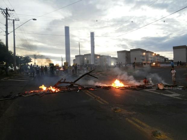 Manifestantes queimam pneus em Bauru durante protesto (Foto: Cesar Evaristo/TV TEM)