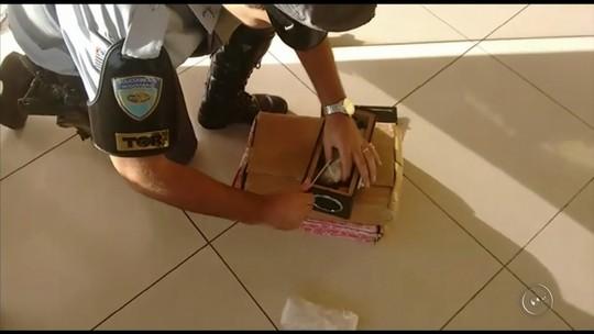 Jovem é presa por tráfico para tentar pagar dívida do cartão de crédito, diz polícia