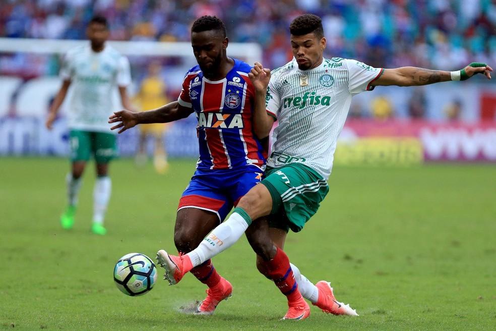 Mendoza, do Bahia, disputa com Juninho, do Palmeiras (Foto: Felipe Oliveira/Divulgação/EC Bahia)