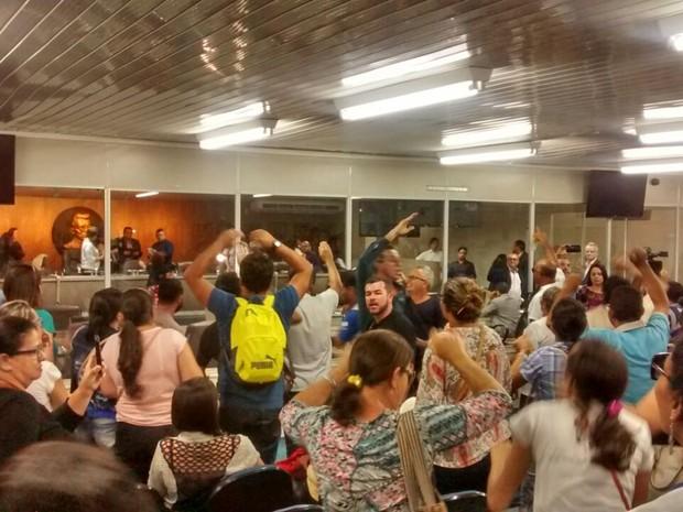 Manifestantes ocuparam galeria da Câmara de Vereadores de Campina Grande (Foto: Gustavo Xavier/G1)