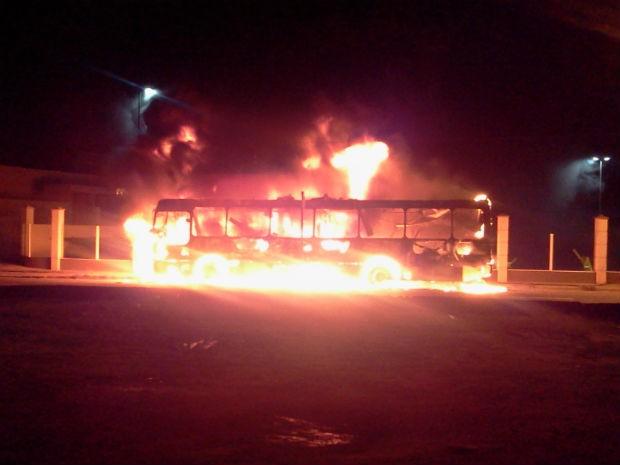 Incêndio em ônibus atingiu também a rede elétrica da rua (Foto: Divulgação/Jornal Z Norte)