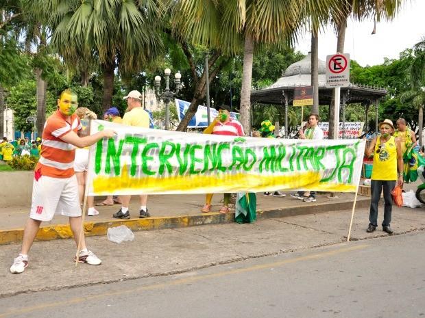Parte dos manifestantes pediu intervenção militar no Brasil. (Foto: Renê Dióz / G1)
