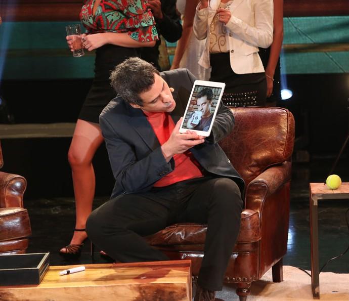 O ator também usou um tablet no palco do 'Domingão' para fazer truques (Foto: Carol Caminha / Gshow)