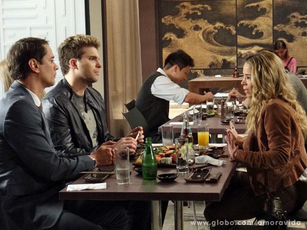 Eron e Niko sentem que a amiga ficou sentida (Foto: Amor à Vida/ TV Globo)
