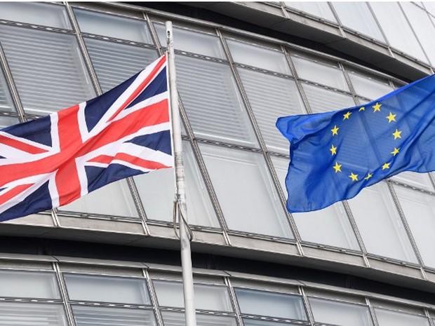 Bandeiras britânica e da União Europeia ficam lado a lado no City Hall, em Londres, em foto de 27 de maio (Foto: Leon Neal / AFP)