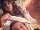 Giovanna Antonelli e Bruna Marquezine fazem 'selfie' em gravação