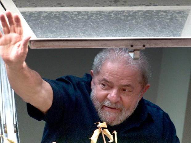 O ex-presidente Luiz Inácio Lula da Silva acena para apoiadores que fazem manifestação em favor dele em frente ao Diretório Nacional do PT em São Paulo (Foto: Nelson Almeida/AFP)