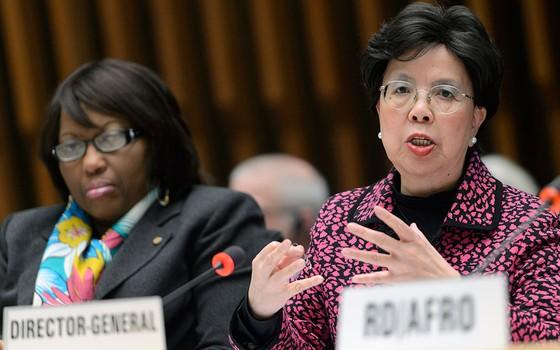 Margaret Chan (à dir.), diretora-geral da Organização Mundial de Saúde, durante reunião em Genebra, na Suíça (Foto: Martial Trezzini/Keystone via AP)