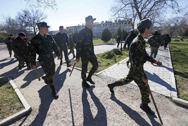Soldados ucranianos na base em Belbek (Foto: Vasily Fedosenko/Reuters)