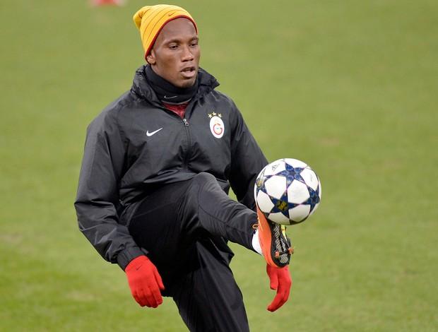 Drogba em treino do Galatasaray (Foto: AP)