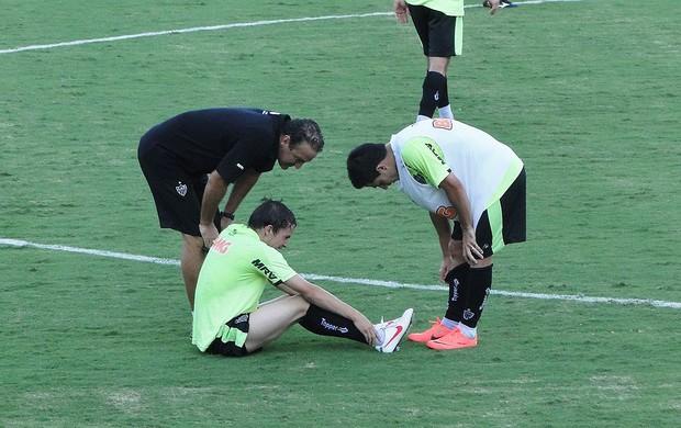 Bernard sente o tornezelo no treino do Galo (Foto: Ana Paula Moreira / Globoesporte.com)