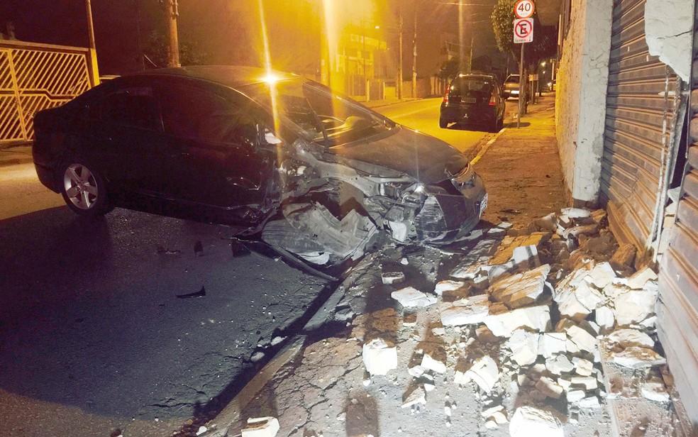 Após atirarem em segurança, bandidos fugiram e acabaram batendo o carro (Foto: Mario Ângelo/Sigma Press/Estadão Conteúdo)