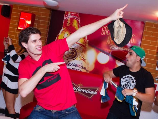 Bruno Rezende comemora o título do Rio de Janeiro em bar na Zona Oeste da cidade (Foto: Raphael Mesquita/ Divulgação)