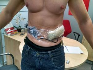 Funcionário está com explosivos amarrados ao corpo (Foto: Blog do Sigi Vilares)
